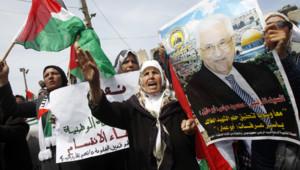 Gaza : Palestiniens brandissant le portrait de Mahmoud Abbas pour l'accord de réconciliation Hamas-OLP, 23/4/14