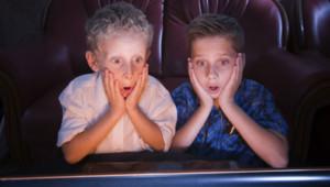 Des enfants qui regardent un film en 3D