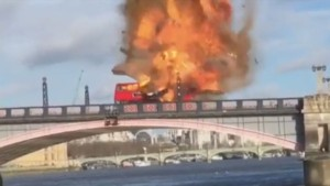Un bus rouge à impériale explose à Londres le 7 février 2016, dans le cadre du tournage d'un film.
