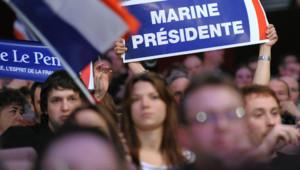 Des jeunes sympathisants frontistes lors d'un rassemblement en soutien à Marine Le Pen à Strasbourg en février 2012