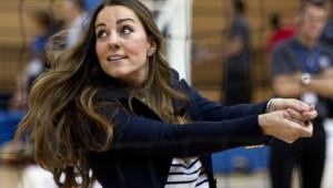 Kate Middleton joue au volley en talons hauts. La princesse de Cambridge rencontrait vendredi des jeunes sportifs au Parc olympique de Londres.
