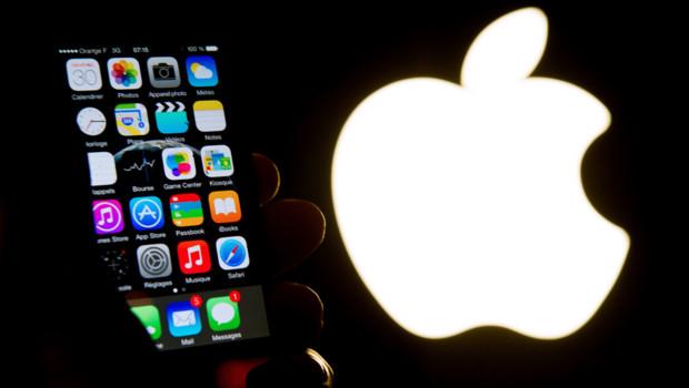 Un iPhone et le logo d'Apple