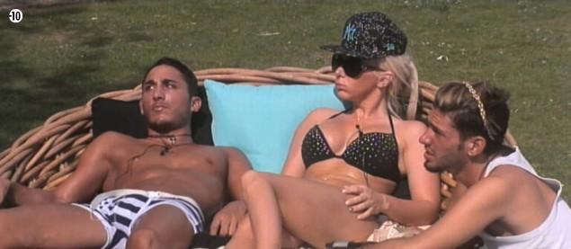 Vivian, Julie et Sacha écoutent attentivement les confessions d'Aymeric.