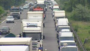 """""""Opération escargot"""" de routiers sur l'A86, près de La Défense (3 juin 2008)"""