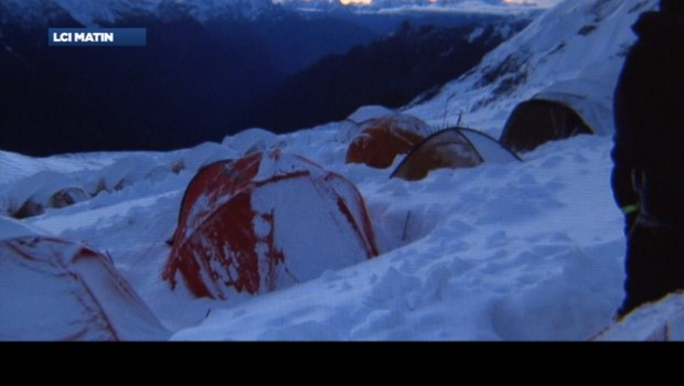 Le campement des alpinistes a été recouvert de neige après l'avalanche qui a fait au moins neuf morts au Népal
