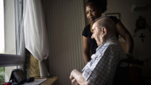 Une infirmière à domicile aide une personne âgée, en juillet 2011