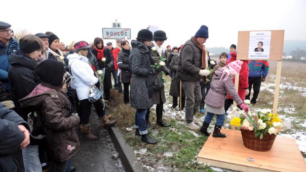 """Dans la campagne enneigée et sous un ciel bas, environ 250 personnes ont mis leur pas dans ceux de Patricia Bouchon derrière une banderole blanche promettant: """"Pour ne pas t'oublier Pat'""""."""