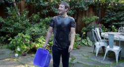 """Le patron de Facebook relève le """"ALS Ice Bucket Challenge"""" et se verse un seau d'eau glacée sur la tête."""