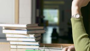 Une prof dans une salle de classe