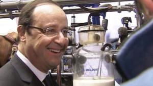 François Hollande discutant avec un producteur de lait lors de l'inauguration du Salon de l'Agriculture le 23 février 2013 porte de Versailles.