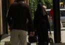 Femme voilée dans la rue, image prétexte