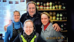 Le 7 décembre 2012, en visite dans le village de son nouveau domicile, l'acteur français a posé avec la propriétaire de la boucherie.