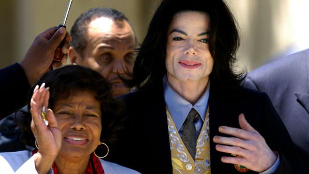 Michael Jackson accompagné de sa mère Katherine Jackson
