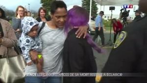 À Minneapolis, la sœur de Prince vient enlacer les fans endeuillés