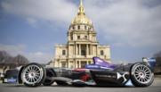 Une Formule E de l'écurie DS Virgin devant les Invalides.