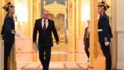 """Vladimir Poutine et sa """"démarche du flingueur"""" en 2012 au Kremlin, à Moscou."""