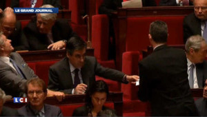 Fillon et Copé s'échangent des messages à l'Assemblée