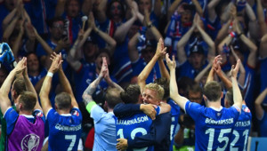 """""""Clapping"""" des Islandais après leur victoire contre l'Angleterre en huitièmes de finale de l'Euro 2016, 27/6/16"""