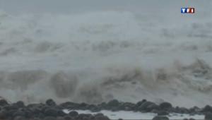 Cyclone Dumile : à Saint-Denis, l'océan se déchaine devant le regard des spectateurs téméraires