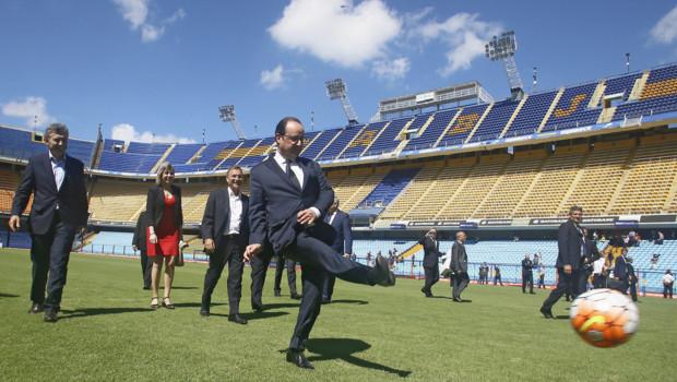 Hollande tire un penalty à Buenos Aires en Argentine, le 25/02/16