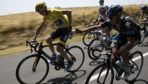 Le Britannique Christopher Froome en jaune et son co-équipier Richie Porte lors dela 13e étape du Tour de France le 17 juillet 2015 entre Muret et Rodez.