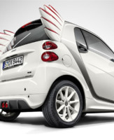 Vue arrire de la smart fortwo edition by Jeremy Scott, srie limite commercialise en avril 2013 entre 33.333 et 40.600 euros.