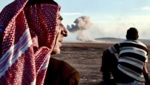A la frontière turque, des gens regardent la fumée après une frappe sur Kobané le 8.10.2014