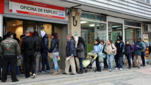 Espagne : file d'attente de chômeurs cherchant un emploi (Madrid, 27/01/2012)