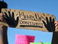 """""""Hands up, don't shoot"""", l'un des slogans lors des manifestations à Ferguson dans le Missouri après la mort d'une jeune noir abattu par un policier"""