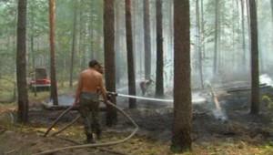 Pompiers russes noyant une zone incendiée pour éviter les reprises de feu (1er août 2010)