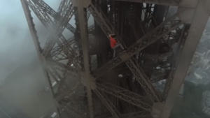 Trois Russes filmés par un drone en train d'escalader sans filet la Tour Eiffel.