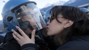 Une manifestante embrasse un policier lors d'une manifestation contre le train Lyon-Turin, mi-novembre 2013