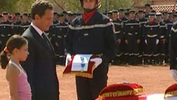 TF1/LCI : Nicolas Sarkozy rendant hommage à trois pompiers du village varois de Puget-Ville morts dans un accident de la route au retour d'une mission