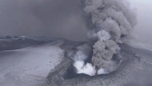 Le volcan islandais Grimsvoetn, voisin du volcan Eyjafjöll, en éruption (23 mai 2011)