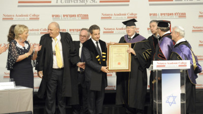 Nicolas Sarkozy recevant le diplme honoris causa du Collge acadmique de Netanya, en Isral, le 22 mai 2013. 