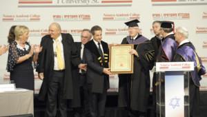 Nicolas Sarkozy recevant le diplôme honoris causa du Collège académique de Netanya, en Israël, le 22 mai 2013.