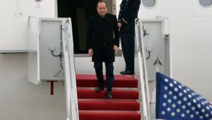 François Hollande sur le tarmac de la base aérienne d'Andrews, à l'est de Washington.