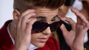 """Justin Bieber lors de la première de son deuxième film """"Believe"""", le 18 décembre 2013 à Los Angeles."""