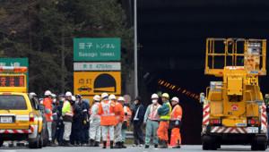 Les secours devant le tunnel effondré, le 2 décembre 2012