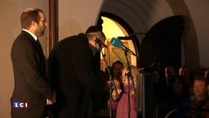 Norvège : des musulmans forment une chaîne humaine devant la synagogue d'Oslo
