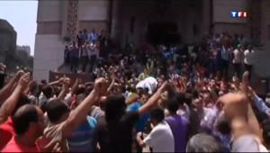 Les partisans de Mohamed Morsi évacués de la mosqué Al Fateh, dans le centre du Caire, le 17 août 2013.