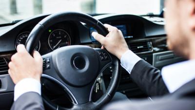 voiture véhicule chauffeur conducteur volant énervé main