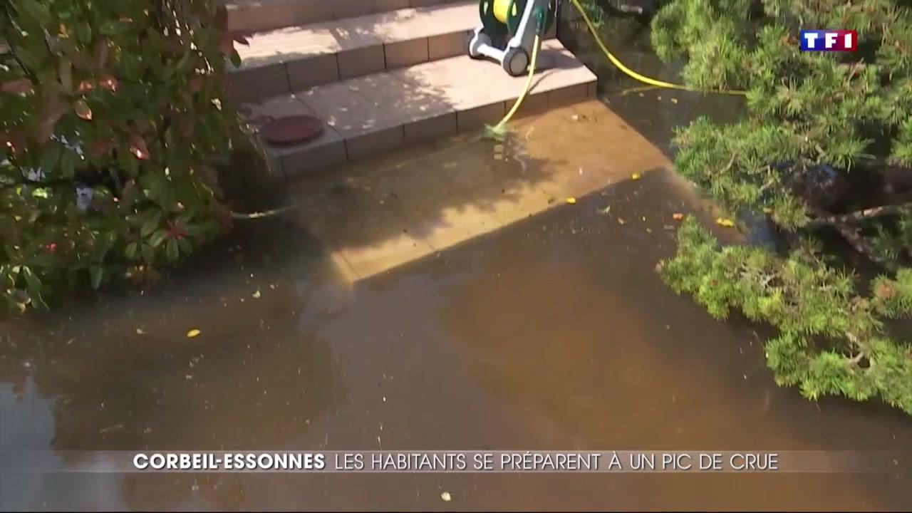 Inondations l 39 eau continue de monter corbeil essonnes for Piscine de corbeil essonnes