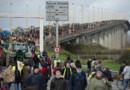 Des opposants à l'aéroport de Notre-Dame-des-Landes manifestent sur le périphérique de Nantes
