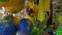 Le 13 heures du 10 juin 2014 : Mondial 2014 : Cravates, chaussettes, drapeaux%u2026 les produits d�v�aux couleurs du Br�l ont envahi Rio - 1585.2349999999997
