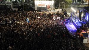 Selon les télévisions israéliennes, près de 30.000 personnes se sont rassemblées samedi soir à Tel-Aviv pour marquer le 18e anniversaire de l'assassinat de Yitzhak Rabin.