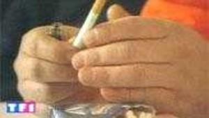 Paquet de cigarettes et mains au-dessus