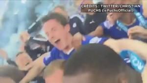 La folle scène de joie des joueurs de Leicester, qui soulèvent leur trophée de champion d'Angleterre