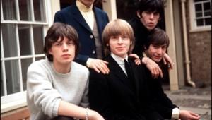 Les Rolling Stones, avec de gauche à droite : debout, Keith Richards, Bill Wyman ; assis, Charlie Watts, Brian Jones (au centre de la photo) Mick Jagger (12/09/1964)