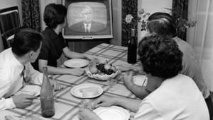 FRANCE, Paris : Une famille de Parisiens regarde, entre la poire et le fromage, à la télévision le discours du président de la République, le Général Charles de Gaulle, le 03 octobre 1961.